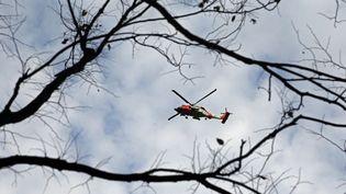 Un hélicoptère des garde-côtes américains survole Central Park à New York (Etats-Unis), le 30 octobre 2012 au lendemain du passage du cyclone Sandy. (MICHAEL HEIMAN / GETTY IMAGES NORTH AMERICA / AFP)