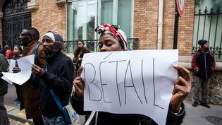 """Une manifestante porte une pancarte sur laquelle il est écrit """"bétail"""", lors d'un rassemblement devant l'ambassade de Libye, à Paris, le 18 novembre 2011. (SADAK SOUICI / CITIZENSIDE / AFP)"""