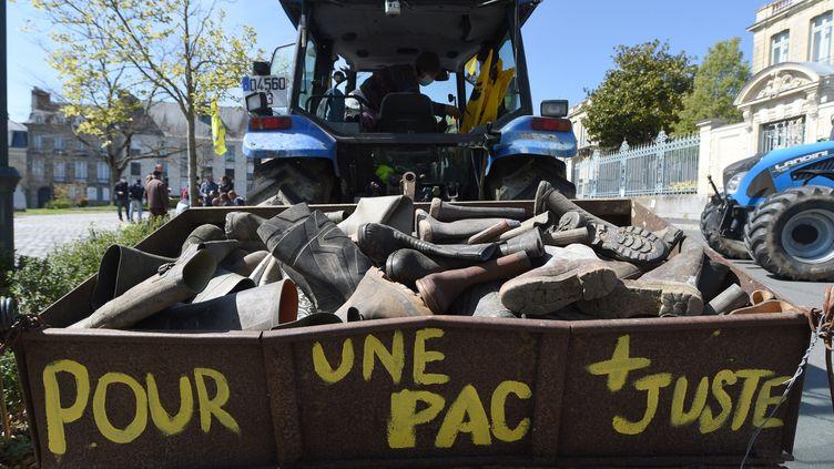 Un tracteur est garé devant la préfecture de région de Bretagne à Rennes (Ille-et-Vilaine), le 13 avril 2021, lors d'une manifestation de la Confédération paysanne. (JEAN-FRANCOIS MONIER / AFP)