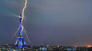 Un éclair frappe la Tour Eiffel, lors d'un orage parisien en juillet 2010. (KULIL / CATERS NEWS AGENCY / SIPA)
