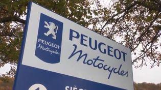 Un panneau à l'entrée de l'usine Peugeotdans le Doubs. (FRANCE 3)