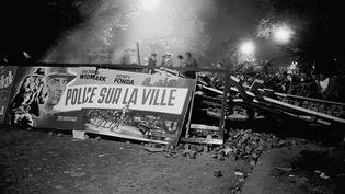 Des étudiants tiennent une barricade, boulevard Saint-Michel à Paris, dans la nuit du 10 au 11 mai 1968. (SIPA)