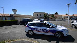 Intervention des forces de l'ordre devant le domicile d'un policier à la retraite interpellé dans le cadre d'un coup de filet visant les membres d'un groupe d'ultradroite, àTonnay-Charente (Charente-Maritime), le 25 juin 2018. (XAVIER LEOTY / AFP)