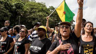 Des manifestants protestent aux abords du centre spatial de Kourou (Guyane française), le 4 avril 2017. (JODY AMIET / AFP)