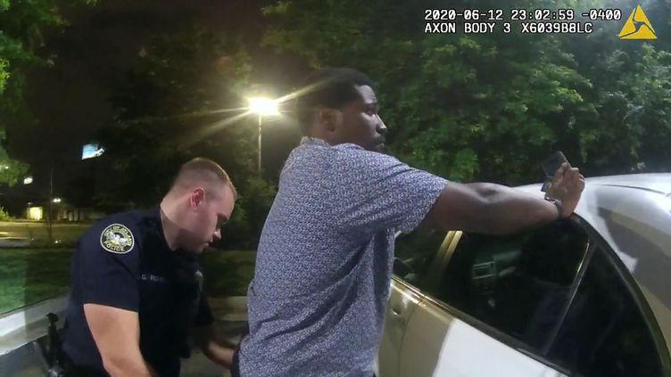 Une capture d'écran d'une vidéo, filmée le 12 juin 2020 par la caméra corporelle d'un policier, montre l'officier Garret Rolfe fouillant Rayshard Brooks à Atlanta (Géorgie, Etats-Unis). (Atlanta Police Department / Handout via REUTERS)
