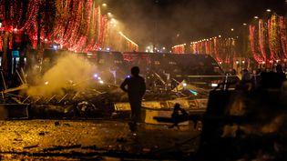 """Barricades sur les Champs-Elysées lors de la manifestation des """"gilets jaunes"""" à Paris, le 24 novembre 2018. (LAURE BOYER / HANS LUCAS / AFP)"""