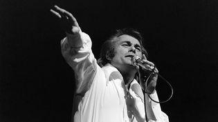 Le chanteur Alain Barrière sur la scène de l'Olympia, le 16 octobre 1974. (AFP)