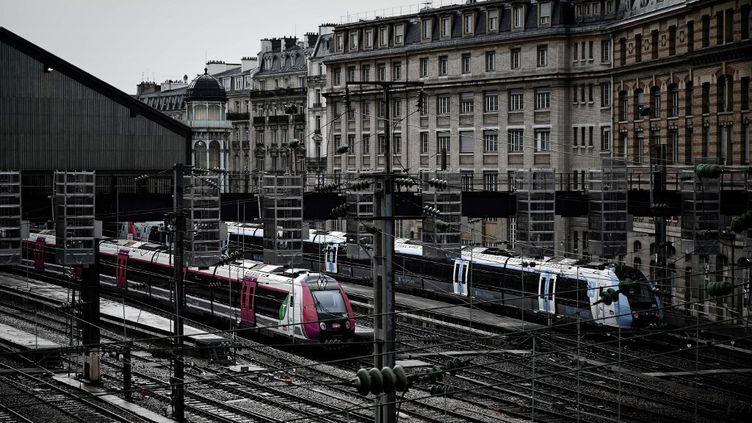 La gare Saint-Lazare, à Paris, le 13 décembre 2019, neuvième jour de grève contre la réforme des retraites. (PHILIPPE LOPEZ / AFP)