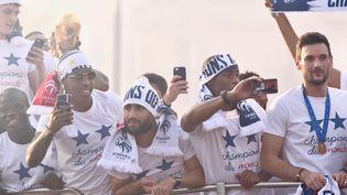 Les Bleus vainqueurs de la Coupe du monde de football défilent sur les Champs-Elysées, lundi 16 juillet 2018. (FRANCK CASTEL / MAXPPP)