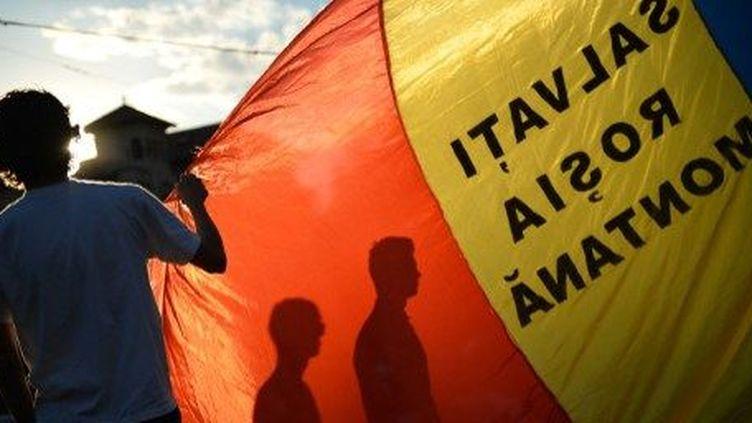 Manifestation le 8 septembre 2013 à Bucarest pour protester contre l'autorisation d'extraction de l'or à Rosia Montana. (AFP/DANIEL MIHAILESCU)