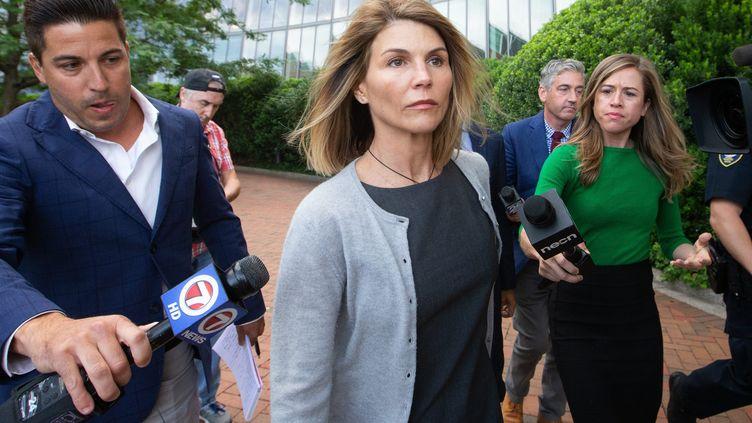 L'actrice Lori Loughlin sort du tribunalJohn Joseph Moakley, à Boston, entourée de reporters après une audience le 27 août 2019 (MATTHEW HEALEY / MAXPPP)