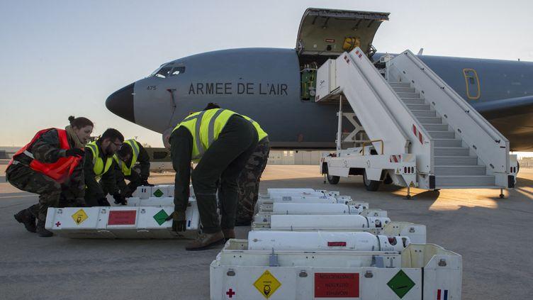 UnBoeing C135 médicalisé du Service médical des armées. Il peut transporter jusqu'à douze blessés graves dans les mêmes conditions qu'un service de soins intensifs. (MINISTÉRE DES ARMÉES / ENVOYÉ SPÉCIAL)