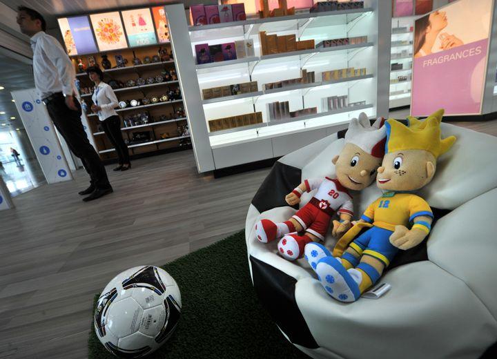 Les mascottes de l'Euro 2012 présentées dans une boutique de l'aéroport de Kiev Boryspil, le 28 mai 2012. (SERGEI SUPINSKY / AFP)