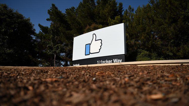Le logo de Facebook à l'entrée du siège de la firme à Menlo Park, en Californie (Etats-Unis), le 8 octobre 2021. (JOSH EDELSON / AFP)