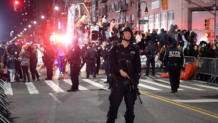 Un officier de la police de New York se tient devant la parade d'Halloween, quelques heures après qu'un camion a renversé des piétons et tué huit personnes, mardi 31 octobre 2017. (ANGELA WEISS / AFP)