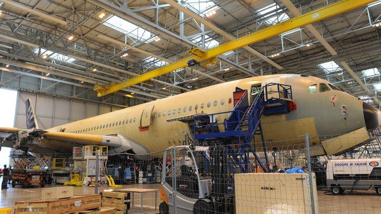 Un A350 en construction sur le site Airbus de Toulouse-Blagnac (Haute-Garonne). (MICHEL LABONNE / MAXPPP / RADIO FRANCE)