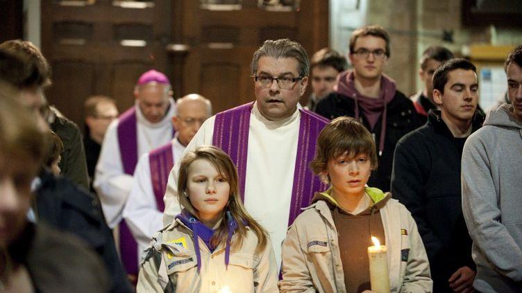 Une cérémonie d'hommage aux victimes de l'accident de car belge survenu la veille en Suisse, le 14 mars 2012 à Louvain (Belgique). (CHRISTOPHE KETELS / BELGA MAG)
