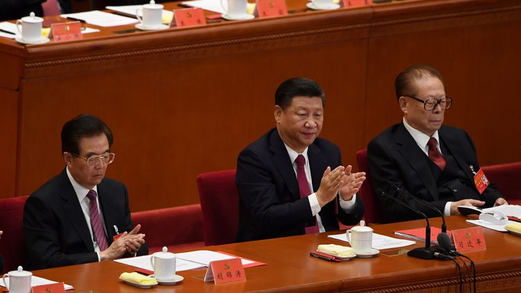 Le dirigeant chinois Xi Jinping (au centre) lors du 19e congrès du Parti communiste chinois, à Pékin (Chine), le 14 octobre 2017. (GREG BAKER / AFP)
