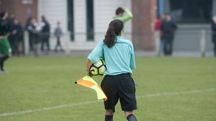 Une femme arbitre lors d'un match de football amateur. Photo d'illustration. (SEBASTIEN JARRY / MAXPPP)