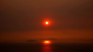 Une vue du golfe de San Francisco alors que le soleil est caché par la fumée de l'incendie de Santa Rosa et Napa Vallée, le 10 octobre 2017. (TAYFUN COSKUN / ANADOLU AGENCY)