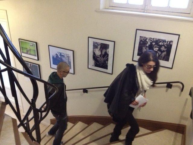 Des visiteurs dans l'escalier du QG de François Hollande (NG)