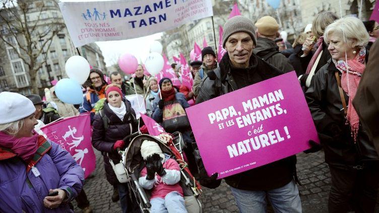 Des manifestants contre le mariage et l'adoption par les homosexuels, à Paris, le 13 janvier 2013. (LIONEL BONAVENTURE / AFP)
