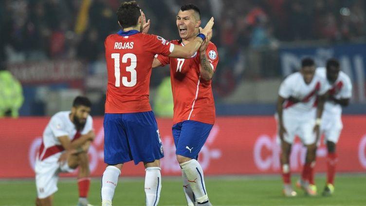 Le bonheur des Chiliens  Jose Manuel Rojas et Gary Medel face à la détresse des Péruviens (RODRIGO ARANGUA / AFP)