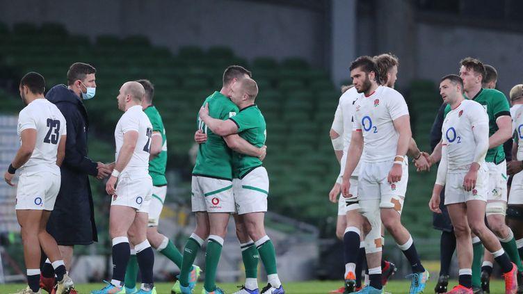 La joie des joueurs irlandais contraste avec la peine des Anglais, le 20 mars 2021 à Dublin (NIALL CARSON / POOL)