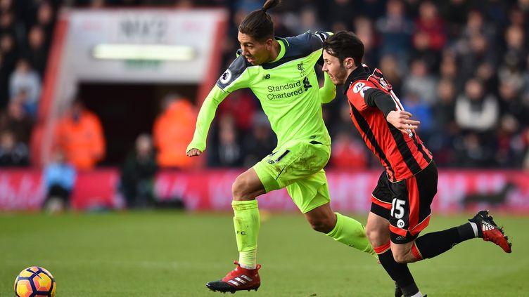 Firmino (Liverpool) tente de prendre le dessus sur Adam Smith (Bournemouth) (GLYN KIRK / AFP)
