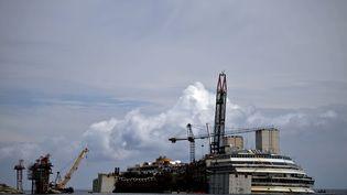 """L'épave du navire de croisière """"Costa Concordia"""", le 26 juin 2014, au large de l'île du Giglio (Italie). (FILIPPO MONTEFORTE / AFP)"""