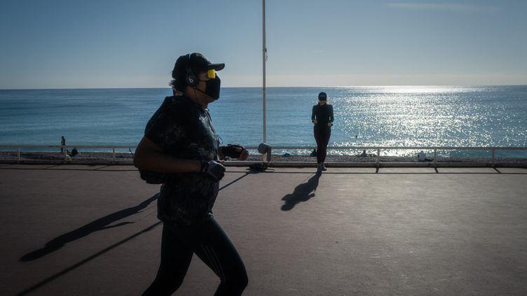 Le gouvernement a annoncé la fin de la limite des 10km pour les déplacements au 3 mai 2021. Photo d'illustration de la Promenade des Anglais à Nice, durant le confinement. (ARIE BOTBOL / HANS LUCAS / HANS LUCAS VIA AFP)