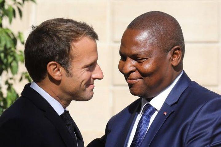 Le président français Emmanuel Macron accueille son homologue Félix-Archange Touadéra sur le perron du palais de l'Élysée, le 5septembre 2019. (LUDOVIC MARIN/AFP)