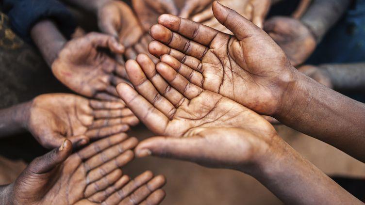 Selon cette étude de la Nasa, le déséquilibre entre les plus riches et les plus pauvres pourrait entraîner, d'ici quelques décennies, des famines, conduisant à terme à la fin de notre civilisation industrielle. (HADYNYAH / VETTA / GETTY IMAGES)