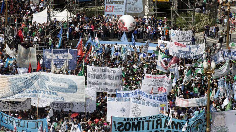 Des milliers de personnes manifestent sur la place de Mai contre le président argentin Mauricio Macri, le 24 septembre 2018, à Buenos Aires. (DAMIAN DOPACIO / NOTICIAS ARGENTINAS)
