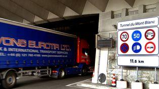 Un camion entre dans le tunnel du Mont-Blanc, à Chamonix, le 6 juin 2005. (JEAN-PIERRE CLATOT / AFP)