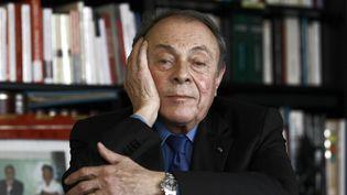 Michel Rocard, dans son bureau à Paris, le 22 décembre 2010. (JOËL SAGET / AFP)