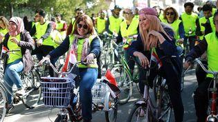 Des cyclistes irakiens avec les femmes en première ligne, lors du second Marathon pour la paix en Irak, dans les rues de Bagdad le 4 février 2017. (Jean Marc MOJON/AFP)