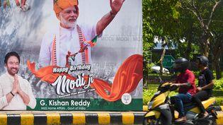 Un poster géant de Narendra Modi afficher dans une rue de New Delhi (illustration). (PRAKASH SINGH / AFP)