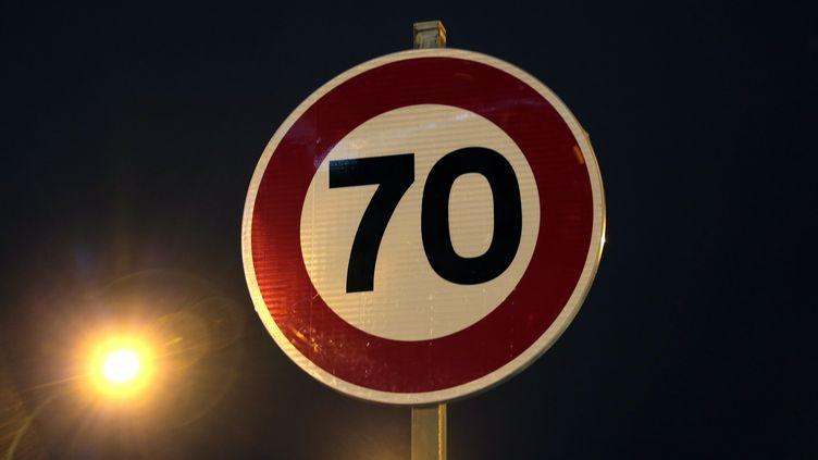 Un panneau de limitation de vitesse à 70 km/h à Paris, le 10 janvier 2014. (JACQUES DEMARTHON / AFP)
