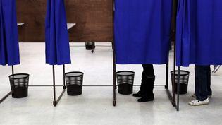 Un bureau de vote à Lille (Nord) le 29 mars 2015. (CITIZENSIDE / THIERRY THOREL / AFP)