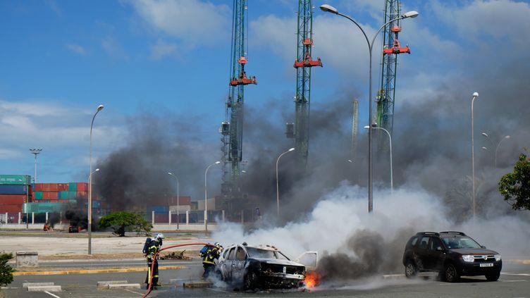 Une voiture incendiée après des heurts à Nouméa, en Nouvelle-Calédonie, le 7 décembre 2020. (THEO ROUBY / HANS LUCAS / AFP)