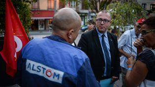 Le maire de Belfort, Damien Meslot, parle avec un employé d'Alstom, le 14 septembre 2016. (SEBASTIEN BOZON / AFP)