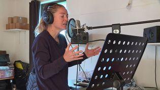 La chanteuse Anne-Laure Sibon prépare son nouvel album chez elle àLavernière dans le Tarn (France 3 Occitanie)