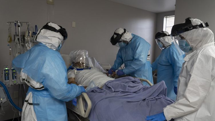 Un patient et le personnel de santé de l'hôpital de Houston, aux Etats-Unis, le 28 juillet 2020. (GO NAKAMURA / GETTY IMAGES NORTH AMERICA / AFP)