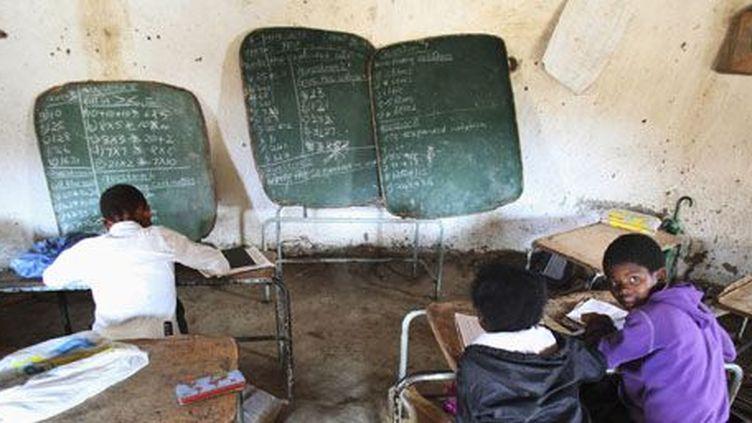 Salle de classe dans une école du village de Mwezeni, dans la province du Cap (est de l'Afrique du Sud), le 5 juin 2012. (Reuters - Ryan Grey)