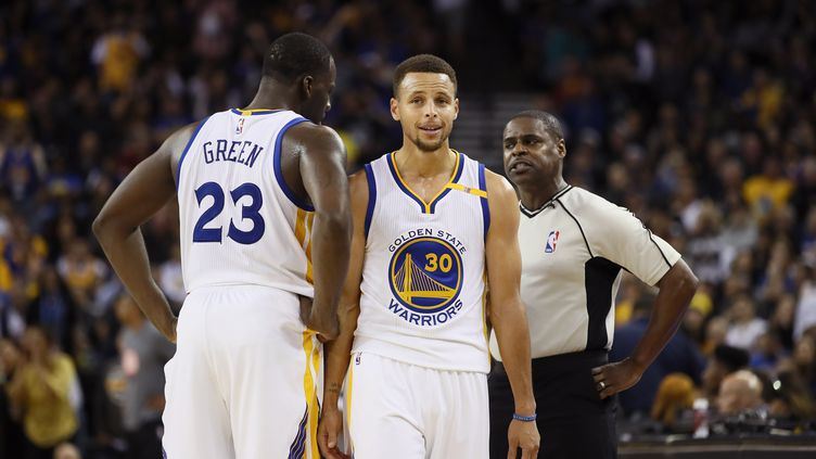 Le leader de Golden State, Stephen Curry, avec Draymond Green (EZRA SHAW / GETTY IMAGES NORTH AMERICA)