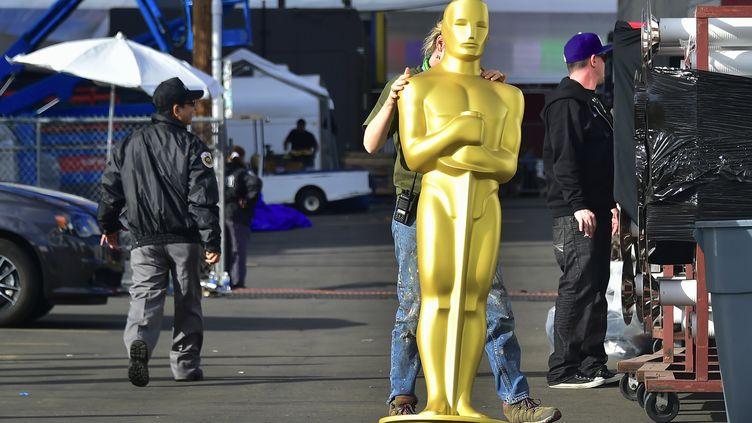 Une statue des Oscars est transportée à Hollywood (Etats-Unis), le 22 février 2017. (FREDERIC J. BROWN / AFP)