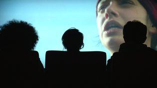 "Charlène Favier,Yann Maritaud etThomas Besson regardent leur film ""Slalom"". (France 3 Auvergne Rhône-Alpes)"