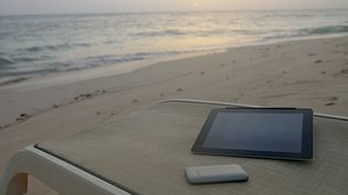 Laisser de côté son smartphone ou sa tablette pour profiter des vacances n'est pas forcément simple. (SAMI SARKIS / GETTY IMAGES)