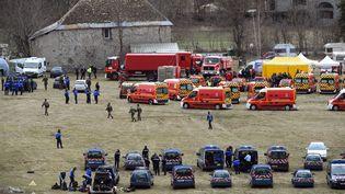 Les secours et les forces de l'ordre mobilisés après le crash d'un Airbus A320 de la compagnie Germanwings dans les Alpes, le 24 mars 2015. (BORIS HORVAT / AFP)